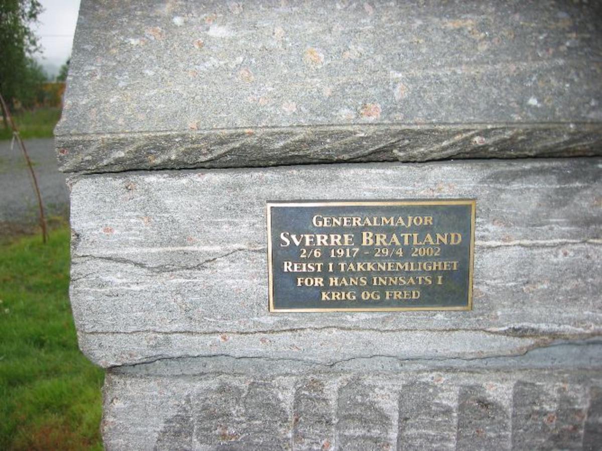 Byste av Sverre Bratland. Plate med tekst på venstre side.