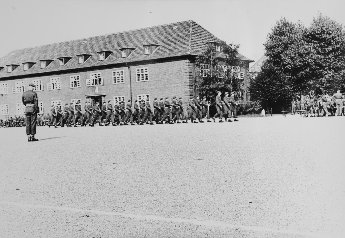 Soldater fra Tysklandsbrigaden marsjerer på leirområdet.