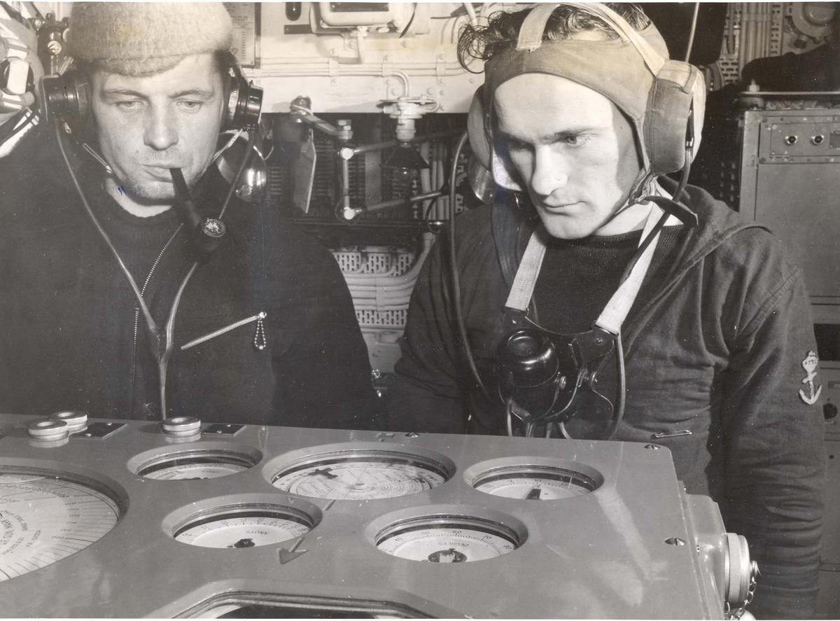Enkeltbilde. Jageren Stord i konvoy til Murmansk. Bilde fra kontroll rommet.