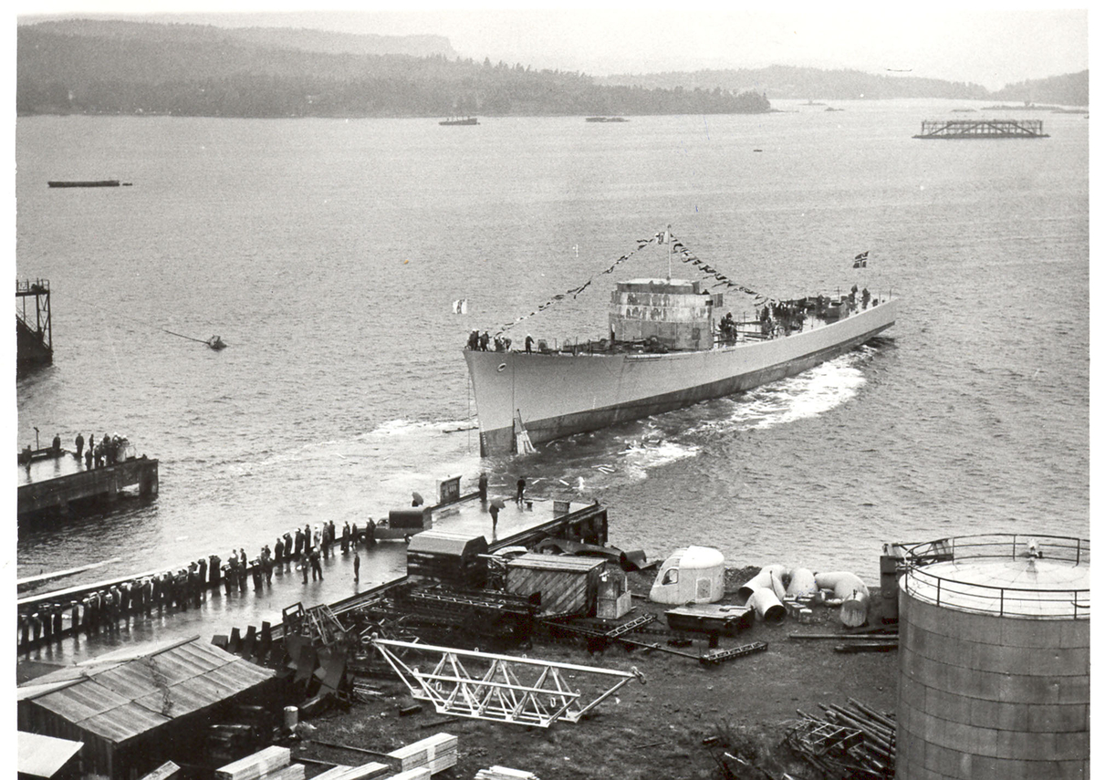 """Sjøsetting og dåp av Oslo-kl.fregatt KNM """"Bergen"""", 1965. Skipert er brakt flott."""