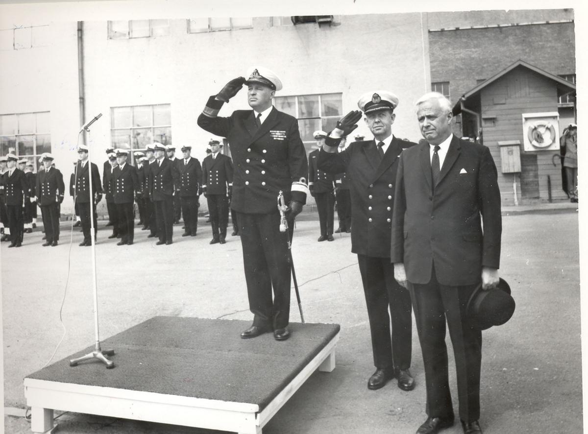"""Oslo-kl.- fregatt KNM """"Trondheim"""" , kommandoheis 2. juni 1966, Karljohans vern/Horten Verft. Adm. Brådland hilser ved seremonien. i midten sjef for SFK og verftsdirektøren."""