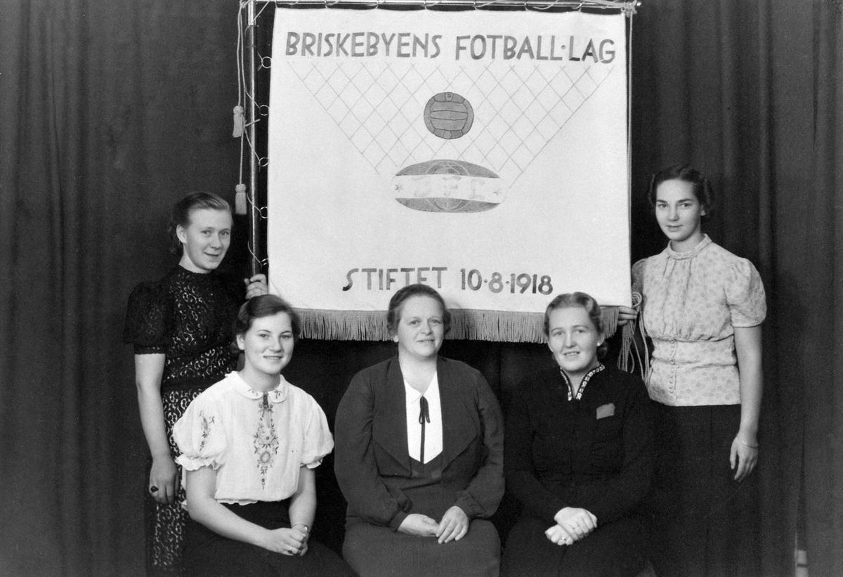 """GRUPPE 5, BRISKEBYEN FOTBALLAG, DAMEGRUPPE, NY FANE, SENERE: HAM-KAMDamegruppen varte fra 1938 til 1946 i mai. Laget oppfordret damedlemmene til å bli medlem av """"det nye laget"""", HAM-KAMFra v: Ingeborg (Sjølie) Taskerud, Edel (Rosenlund) Rasen, Agnes Hauglie, Aslaug (Finstad) Berg, Synnøve (Jachwitz)Bekkevold."""