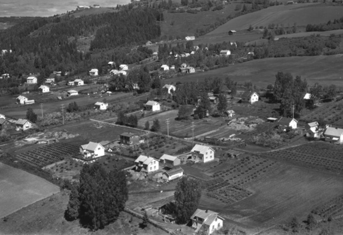 Flyfoto av Kongelholgutua, Fredheimvegen, Østgårdvegen, Brumunddal.