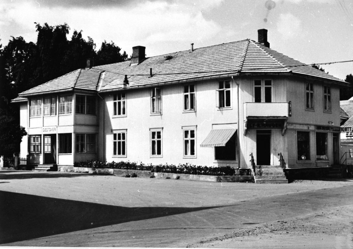 Eksteriør, Moelven gjestgiveri (tidligere hotell), gullsmed Alf R. Haugen på hjørnet, slakter Arne Nygaard til høyre, sett fra Storgata, Moelv, Ringsaker.