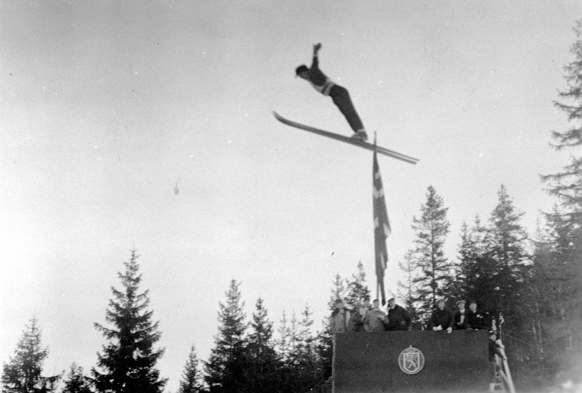 Carl Haave i svevet i Furubergbakken, Furnes under hovedlandsrennet i 1931. Carl Haave var en av landets beste hoppere i 1920 og 30 årene.