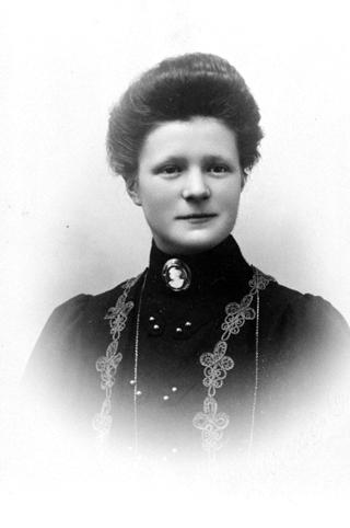 ANNE JEVNAKER, GIFT SLAGSVOLD. PORTRETT.