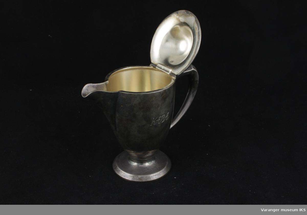 Fløtemugge i metall med hengslet lokk. Av merket Original Wellner.