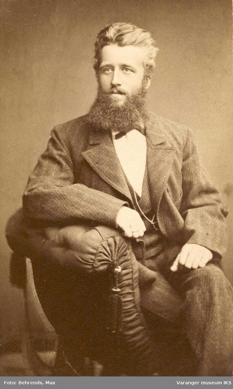 Hans Fredrik Esbensen 24 år og med stort skjegg, 1879.