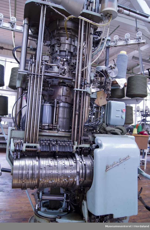 "Mintgrøn Bentley sokkestrikkemaskin, ""Bentley Komet"" med 4 3/4"" diameter. Maskina strikkar einsfarga mønstersokk."