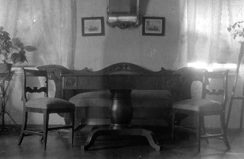 ELTON. ØSTRE. STANGE. MØBLER, sofa, stoler, bord. AV DYRE PLADSEN. 72-1