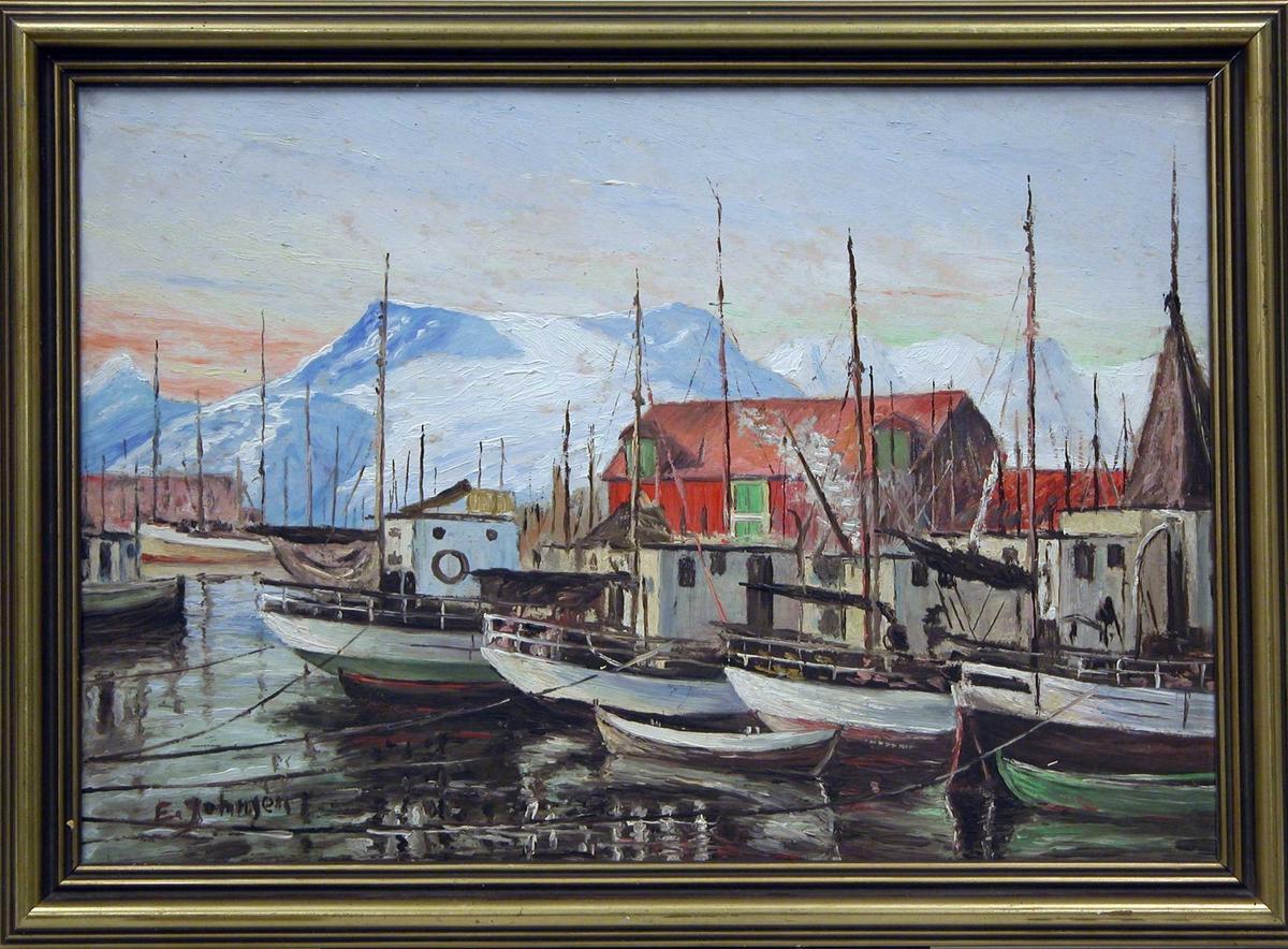 Maleri av et fiskevær. Båter og hus i forgrunnen, snøkledd fjell i bakgrunnen.
