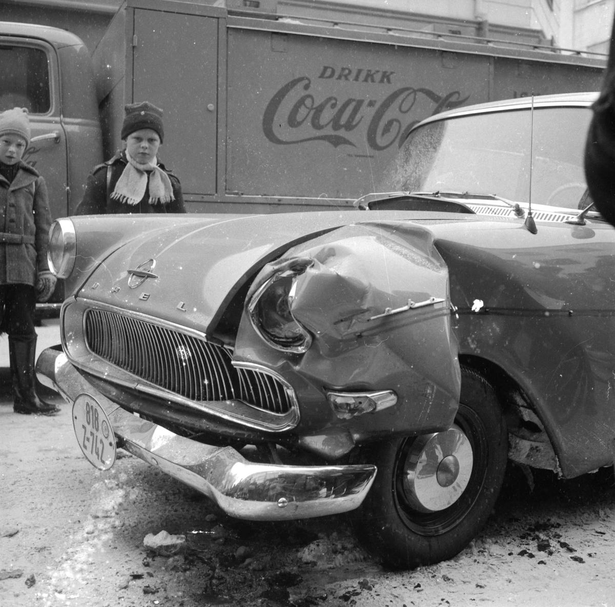 SKADET BIL. UKJENT. TRAFIKKULYKKE. FOTO: EGIL M. KRISTIANSEN. Opel Rekord 1958-60 med tysk tollskilt (Z for Zoll), en av de mange som ble bruktimportert fra Tyskland.