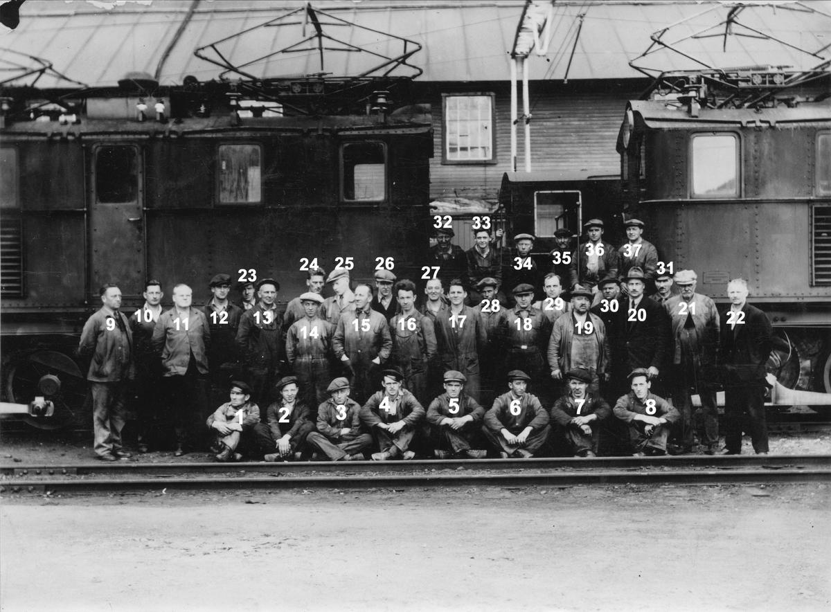Arbeidere samlet foran lokomotivene på Thamshavn stasjon.