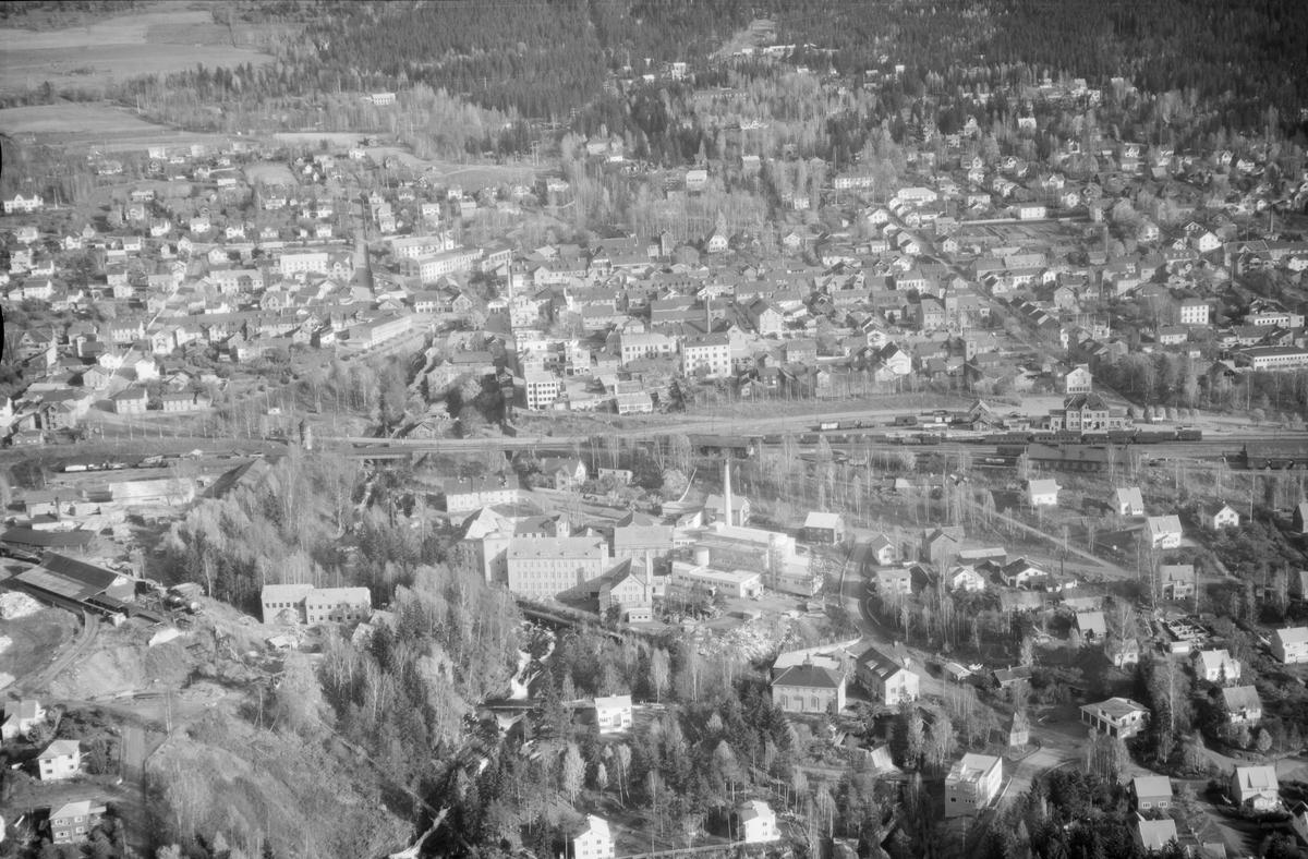 Flyfoto, Lillehammer, Gudbrandsdalens Uldvarefabrik AS, (ca.1951), mot Lillehammer sentrum. Jernbanestasjonen til høyre og jernbanen tvers over midten av bildet. Positivkopi med samme nr. 30688 har et annet motiv av fabrikken.