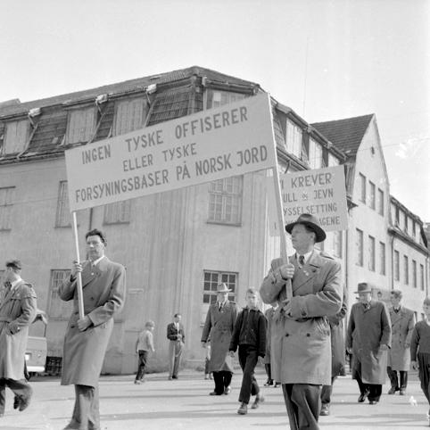 """1. mai-tog. Hamar. Plakat, parole. """" Ingen Tyske offiserer eller tyske forsyningsbaser på norsk jord"""" Arbeiderbevegelsen."""