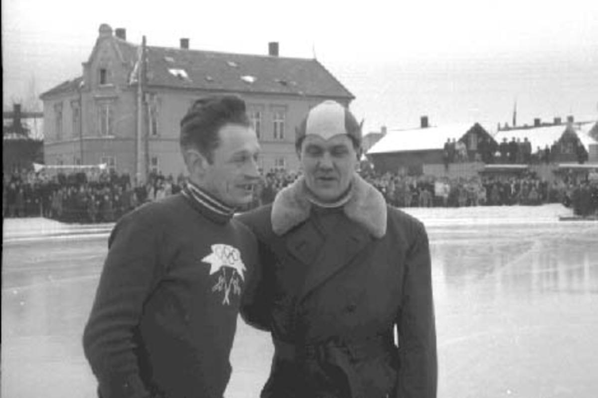 """HAMAR STADION, VERDENSMESTERSKAPET PÅ SKØYTER 1952, HJALMAR """" HJALLIS"""" ANDERSEN OG UKJENT."""