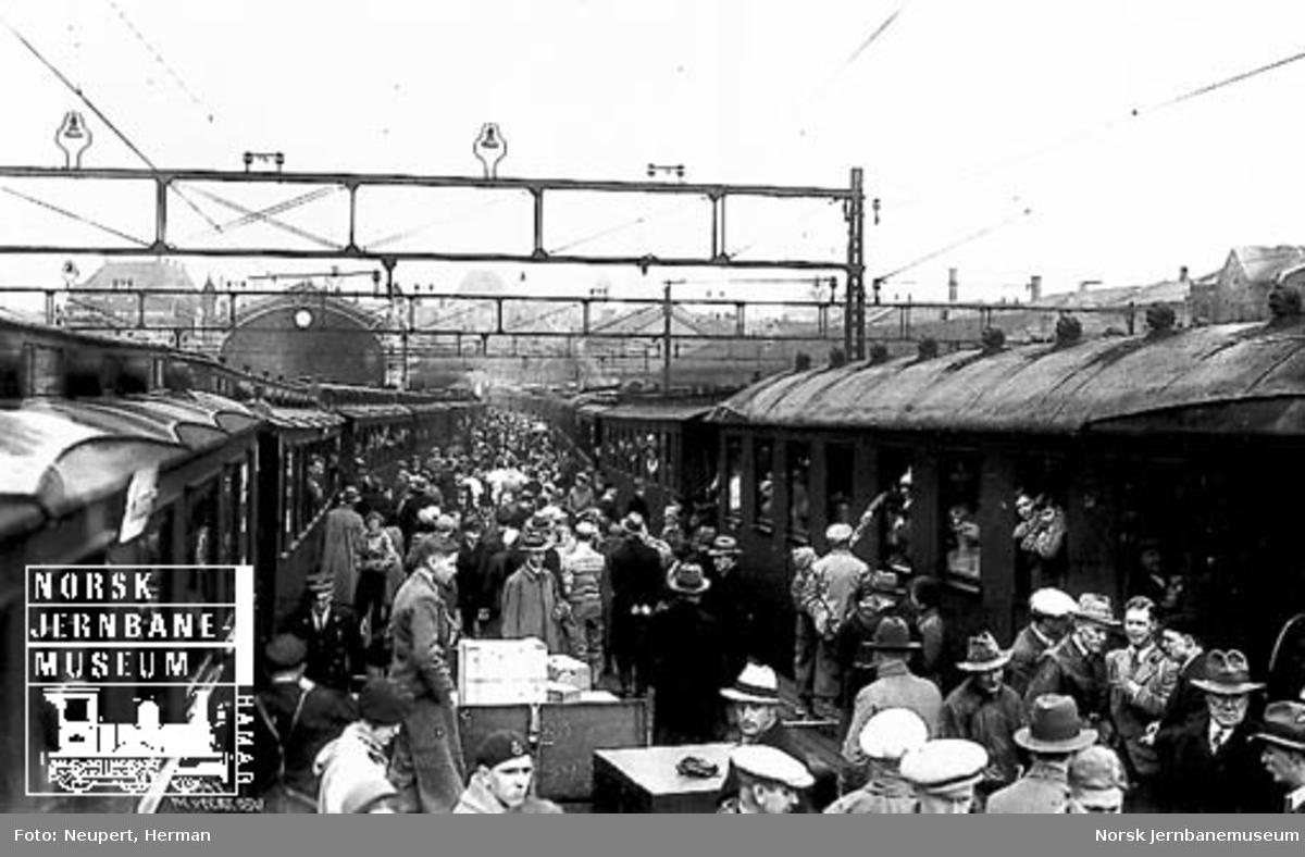 Reisende på plattformen på Østbanen i påsketrafikken