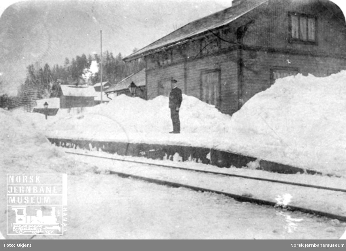 Breiskallen stoppested med store snømengder og trolig stasjonsekspeditøren på plattforma