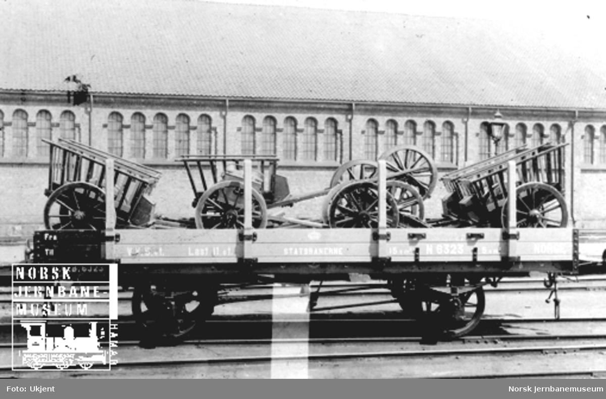 Gjøvikbanens vogn litra N nr. 6323 lastet med artillerimateriell; pakkjerrer, reservehjulskjerre og lavett