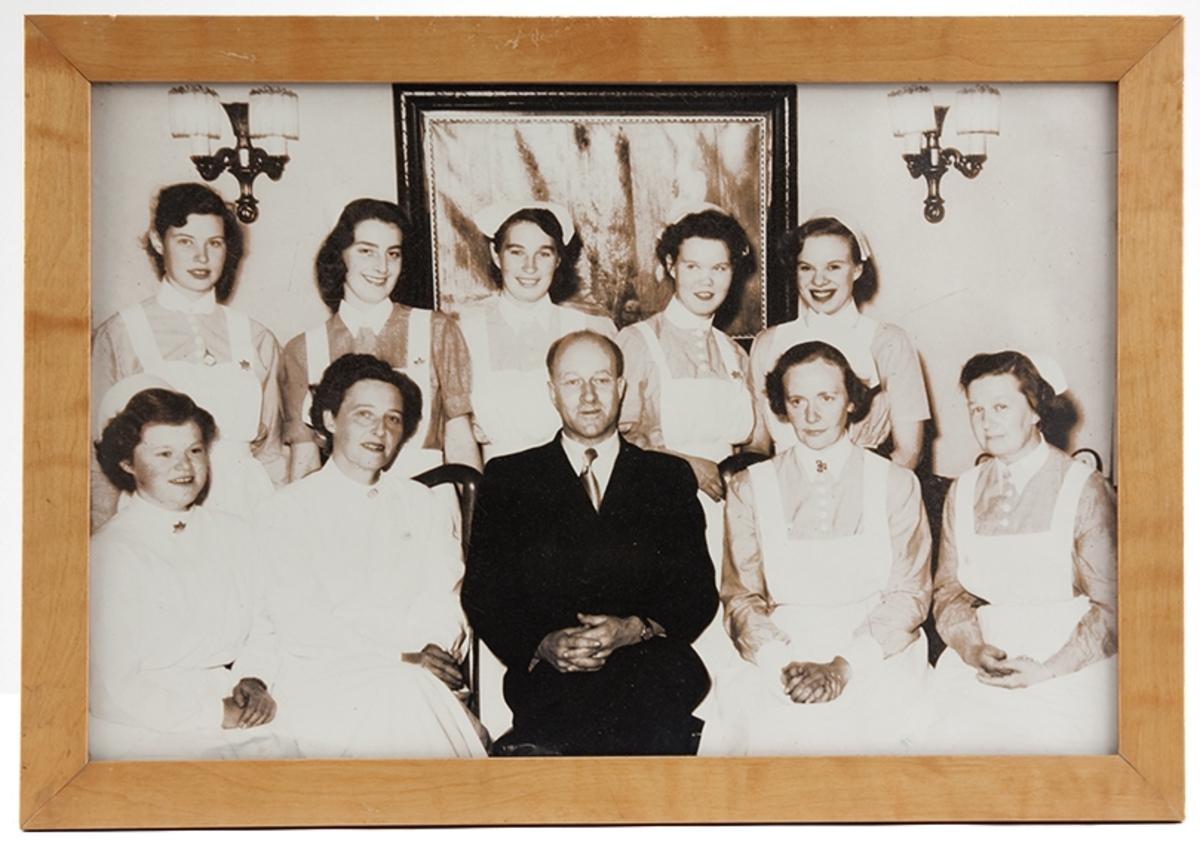 Gruppebilde, ansatte og elever ved Drøbak Syke- og fødestue 1953.