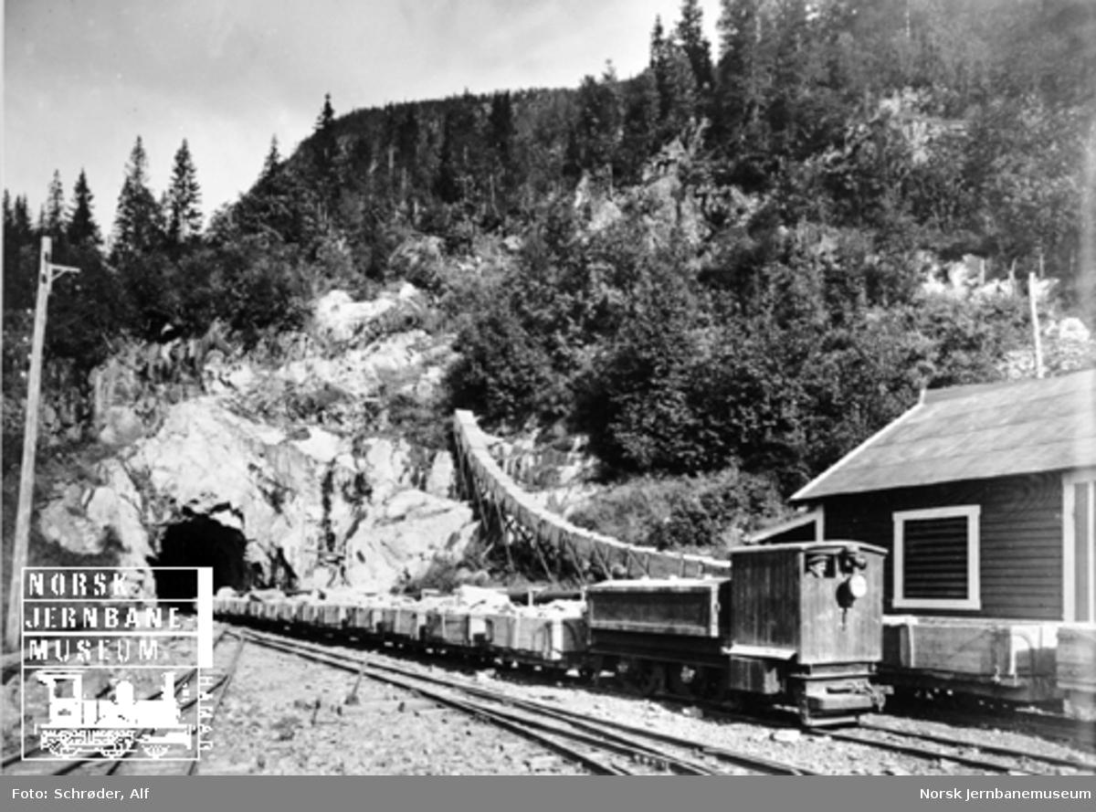 Medjå tunnel : akkumulatorlokomotiv med steintog på vei ut fra tunnelen