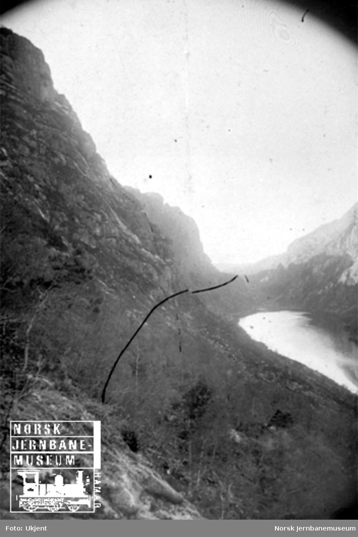 Fra Flekkefjordbanen før anlegget, utsikt innover Drangsdalen; jernbanelinjen er inntegnet med svart tusj
