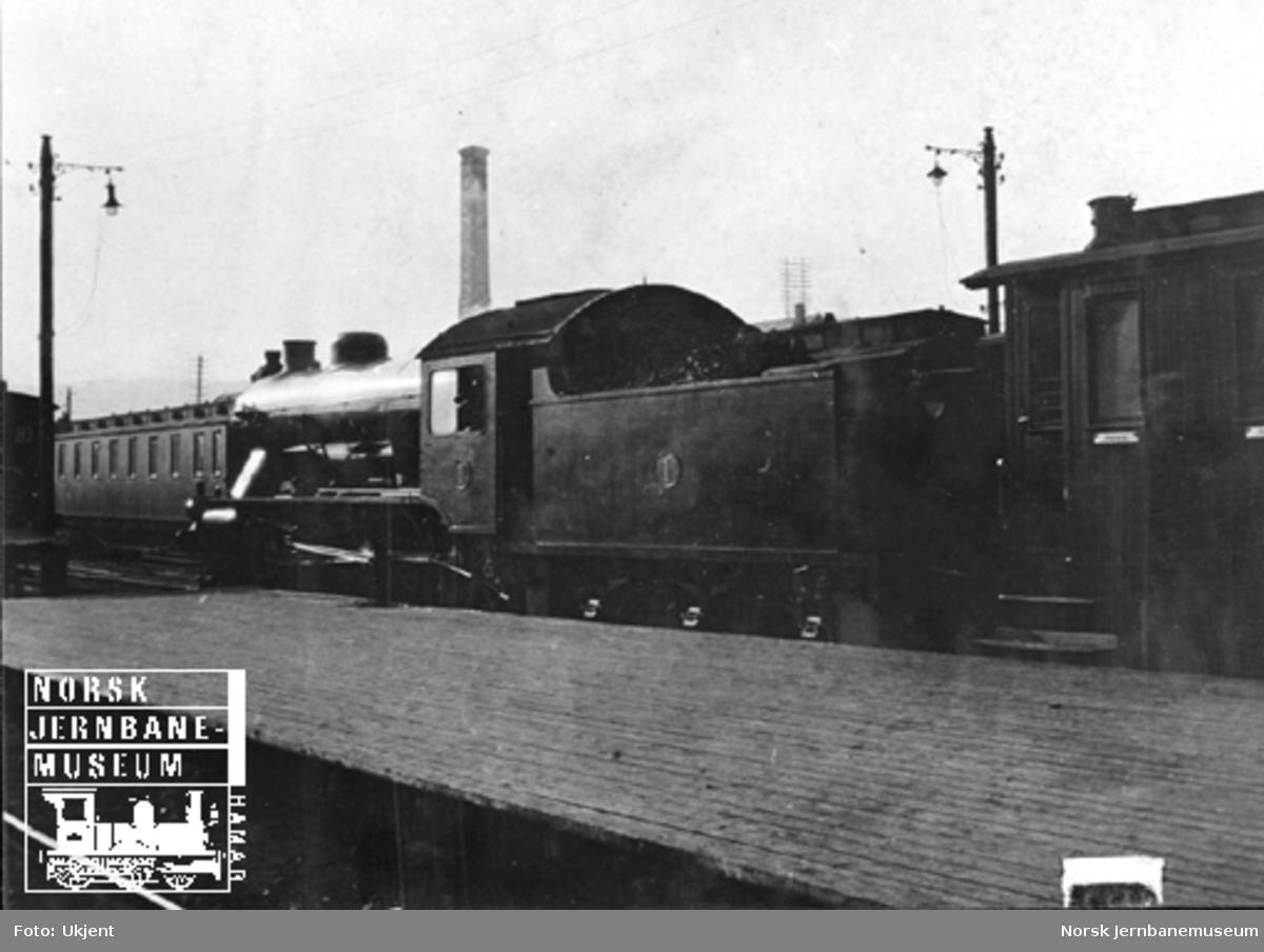 Hovedbanens damplokomotiv litra A nr. 1 foran tog på Hamar stasjon