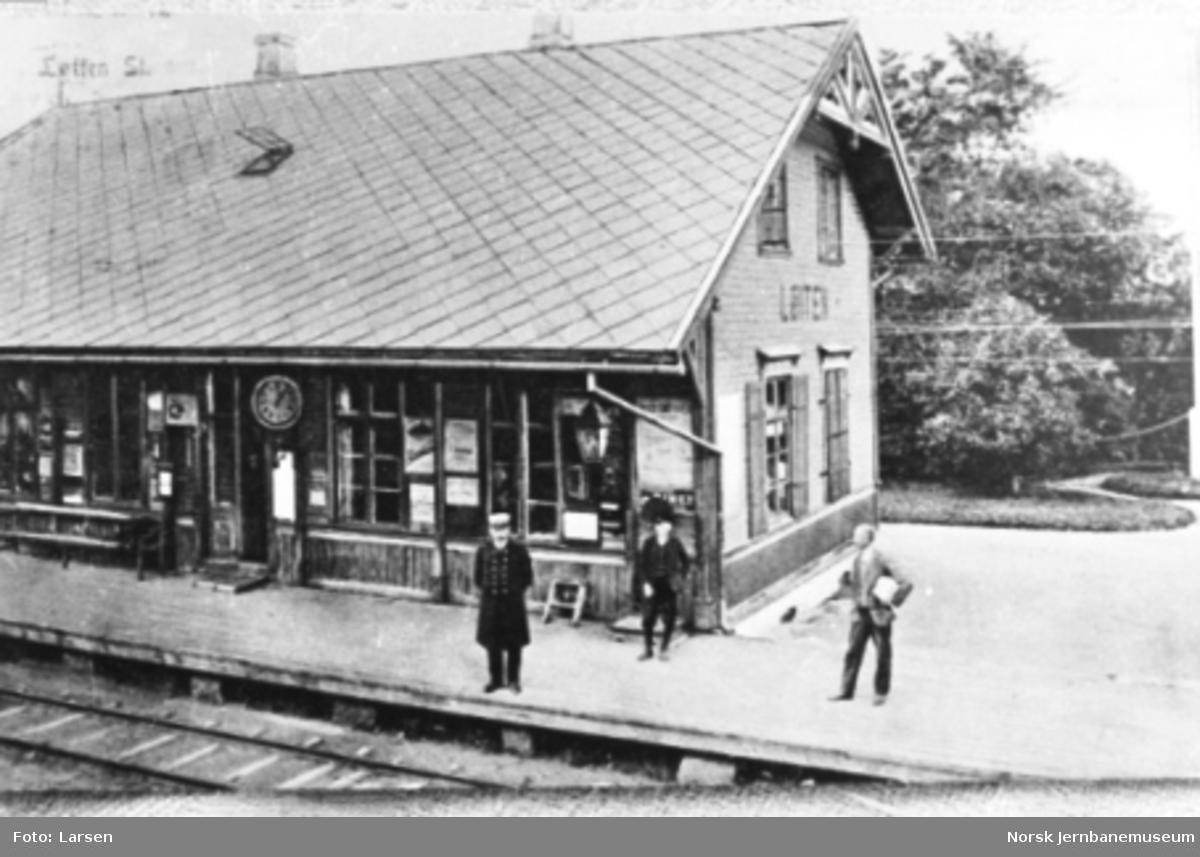 Løten stasjonsbygning med stasjonsmesteren på plattformen