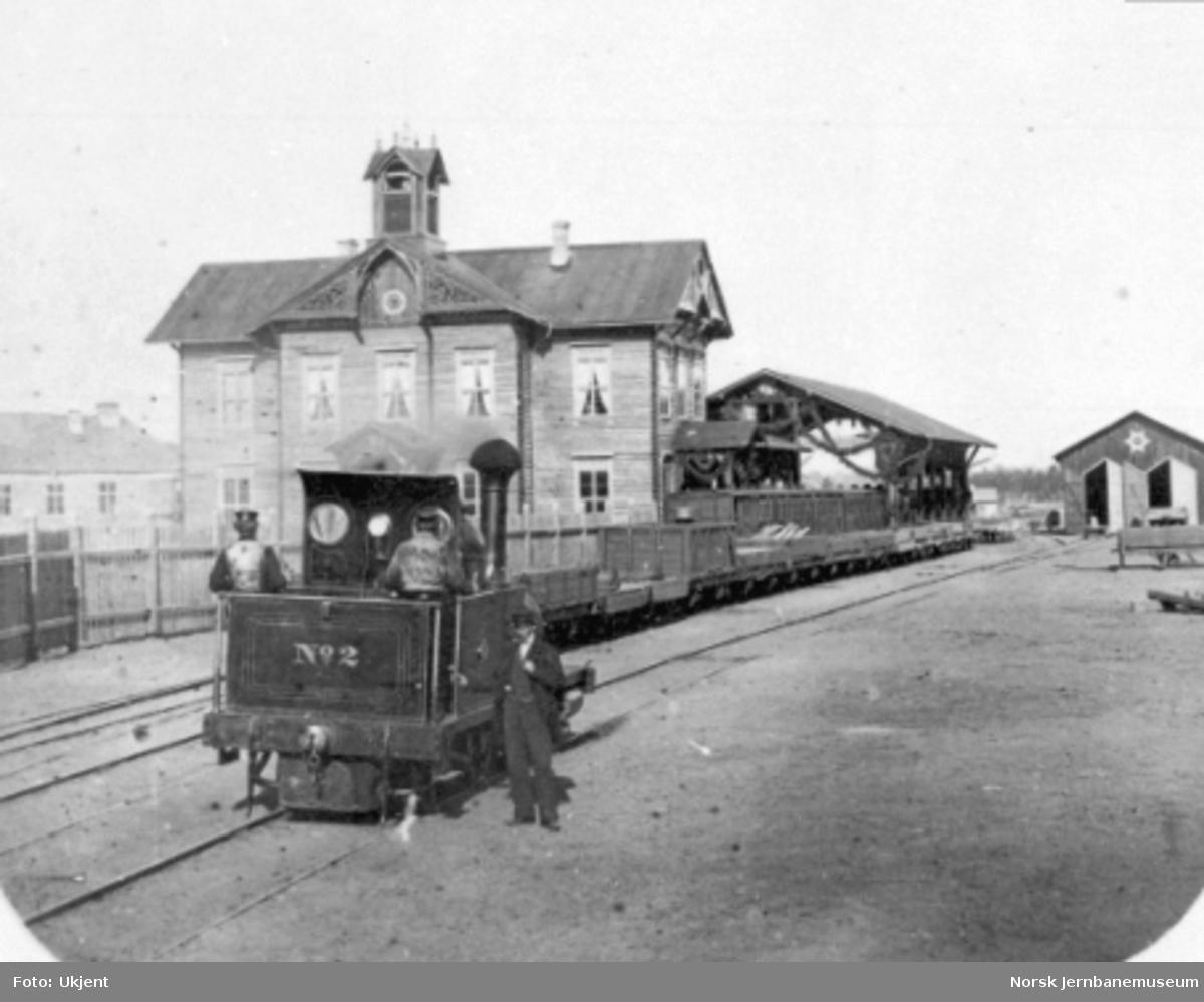 Hamar stasjon med damplokomotiv nr. 2 i spor 3; vognhall og lokstall i bakgrunnen