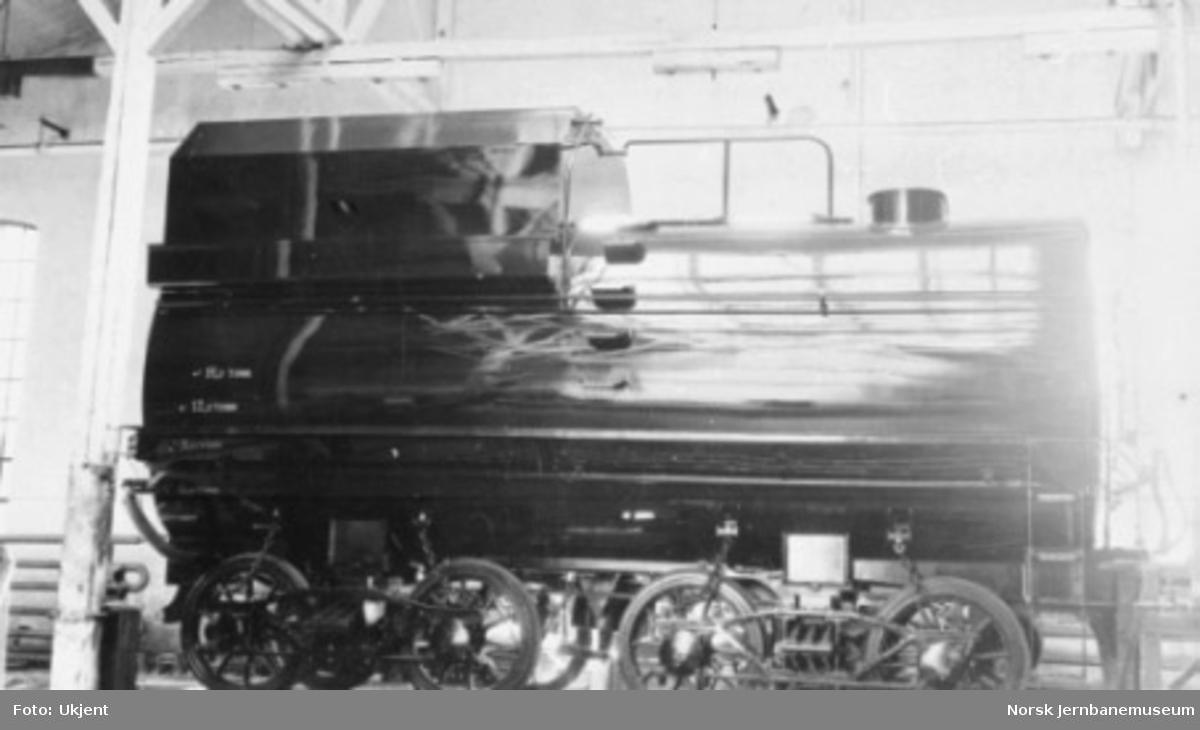 "Damplokomotiv type 49a ""Dovregubben"" under bygging; ferdig tender"