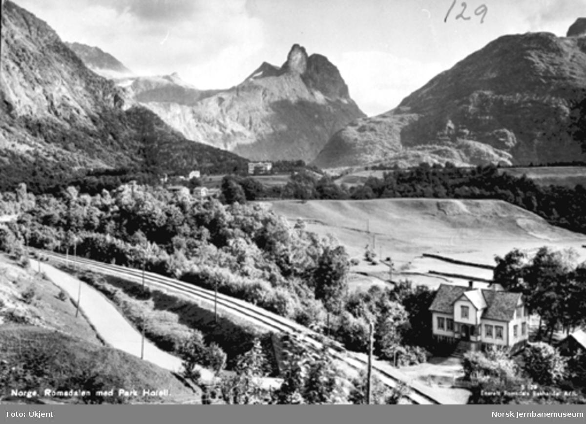 Parti fra Romsdalen med jernbanen, Romsdalshorn i bakgrunnen og Park Hotel nærmest