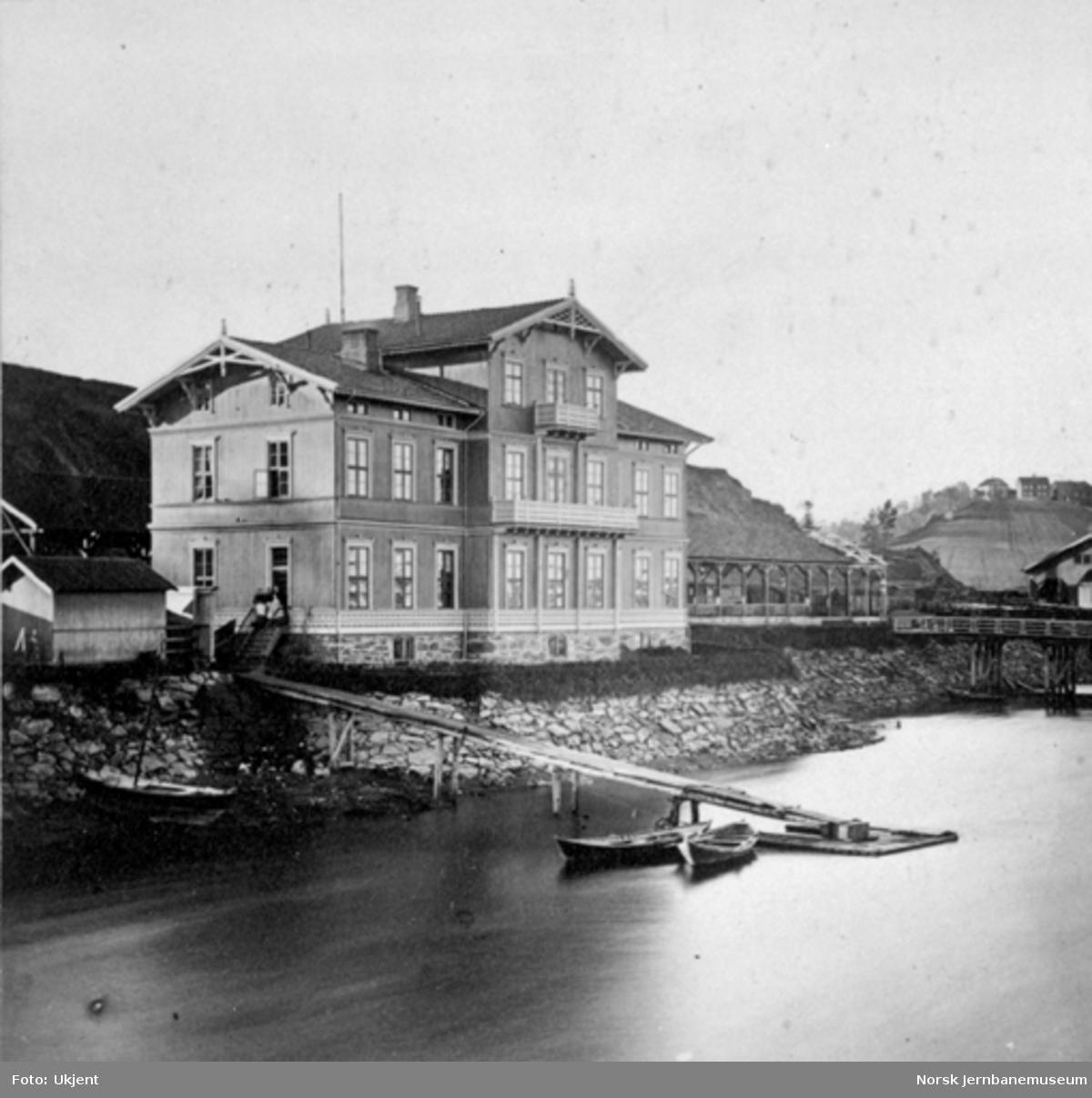 Eidsvoll stasjonsbygning sett fra brua over Vorma