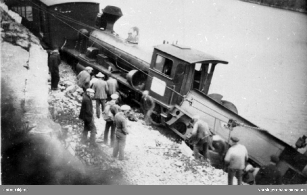 Avsporet damplokomotiv med arbeidstog ved Norefjorden ca. km 79,6