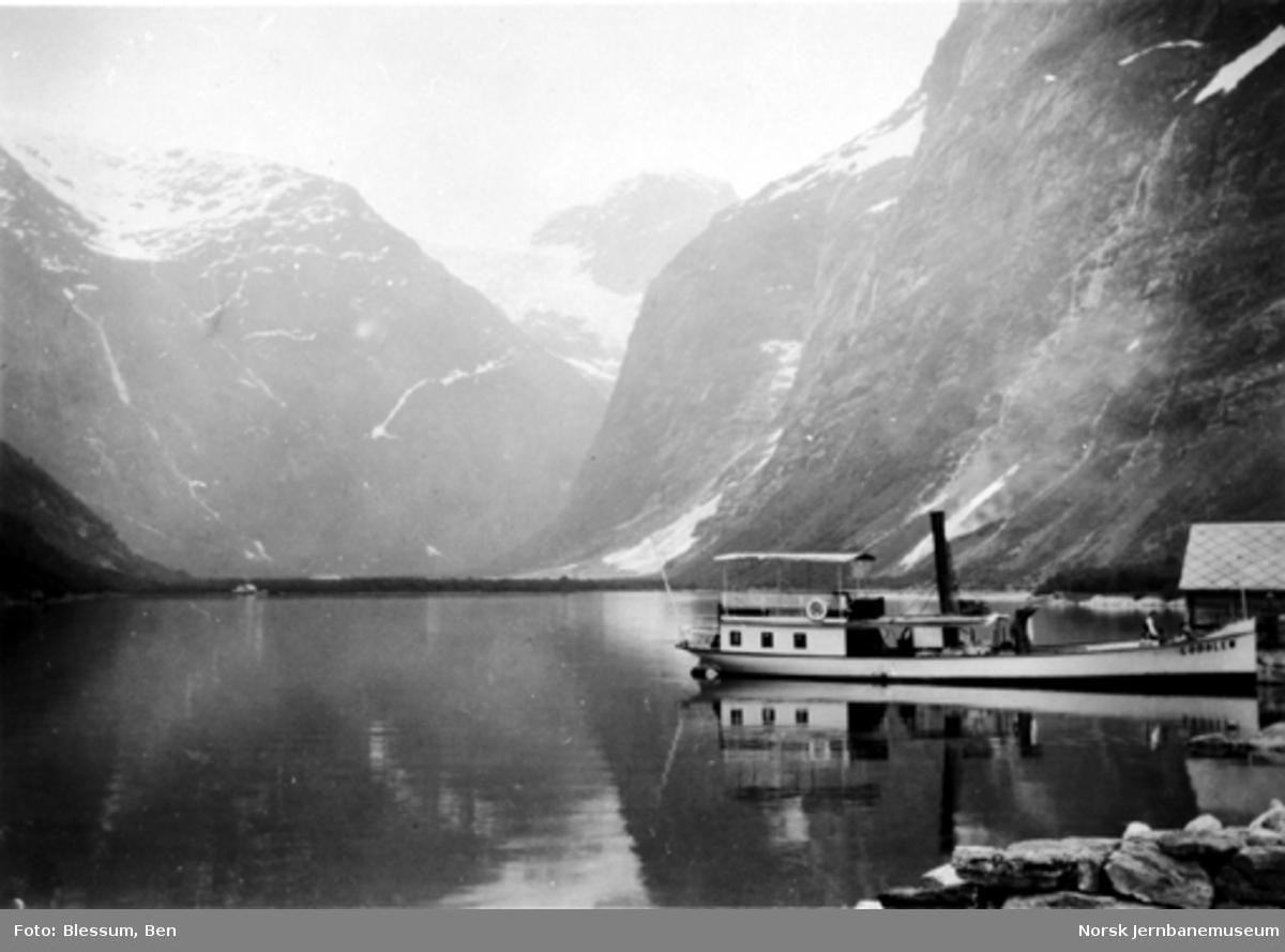 """Dampbåten D/S """"Lodølen"""" ved Kjendal på Lodalsvatnet"""
