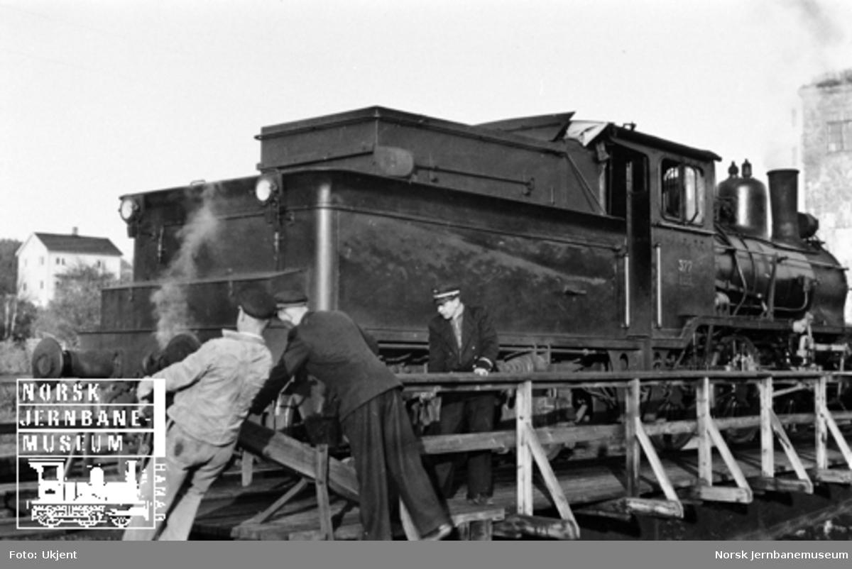 Namsos stasjon : damplokomotiv type 21c nr. 377 fra tog 2461 vendes på svingskiva
