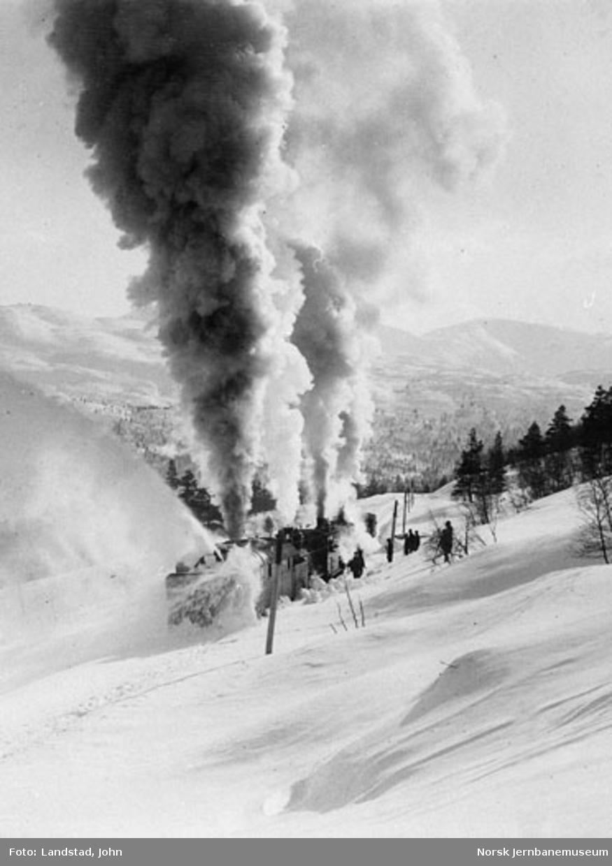 Roterende snøplog i arbeid for første gang i Raundalen i 1908
