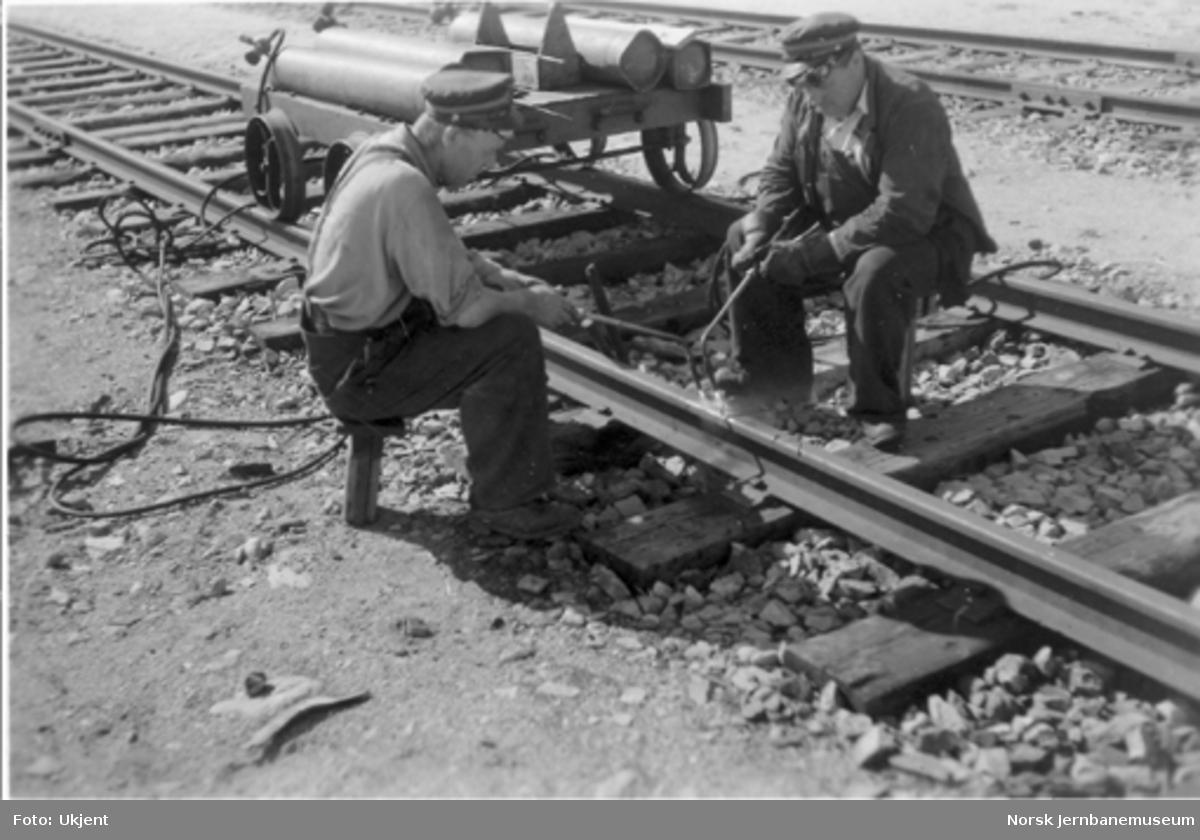 To banemannskaper kapper skinner med gass