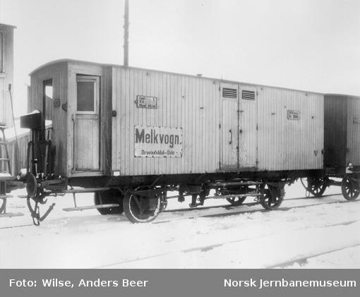 """Melkvogn litra Sf3 nr. 2905, med skilt """"Melkvogn Brumunddal-Oslo"""""""