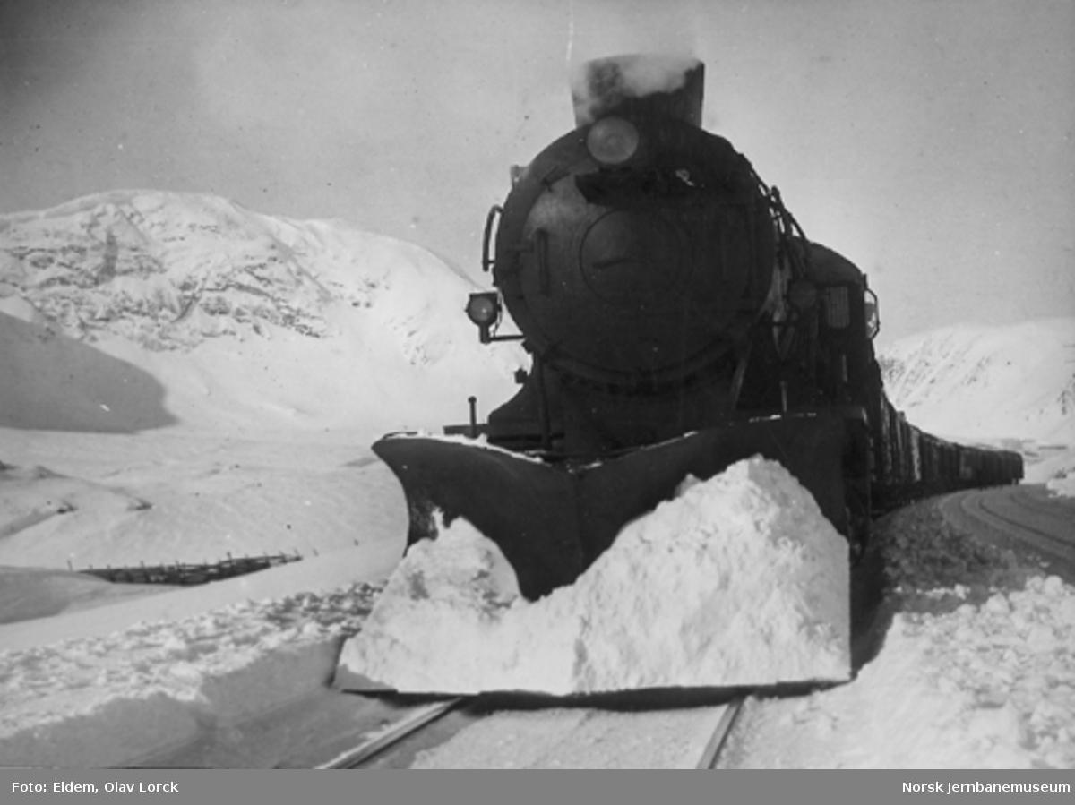 Damplokomotiv type 39a med godstog