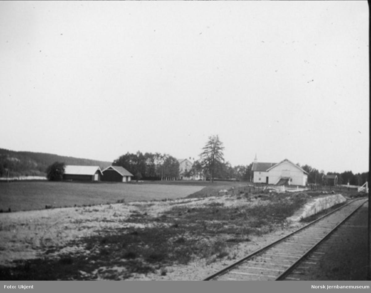 Solørbanen ved Vesterhaug med lasterampen der og Vesterhaug gård i bakgrunnen