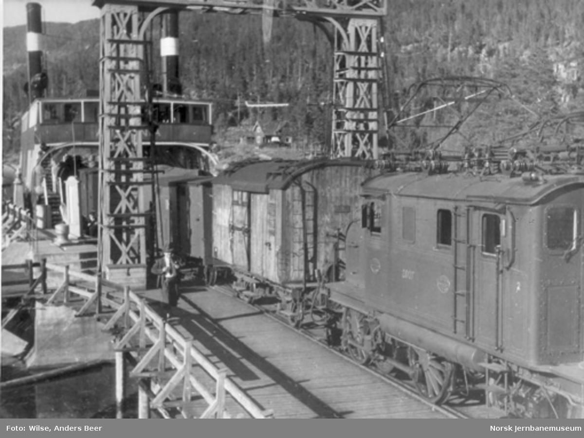 Fergeskifting på Tinnoset, D/S Ammonia ved kai, elektrisk lokomotiv El 1 nr. 2007 skifter