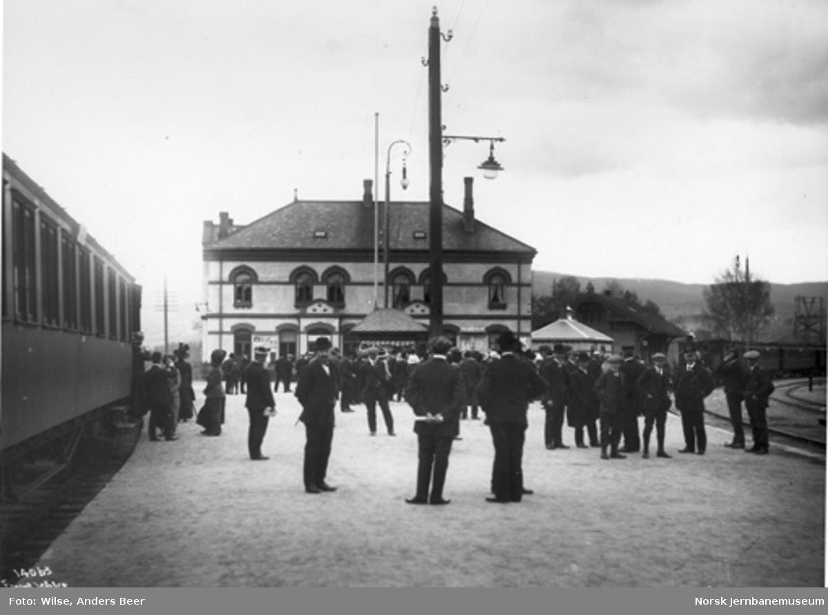Hønefoss stasjon med mange mennesker på plattformen