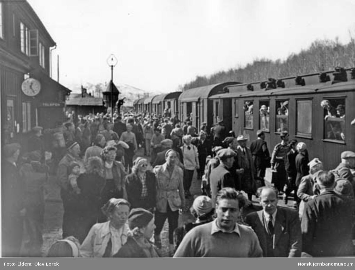 Påsketrafikk 1949 : persontog med reisende i godsvogner på Geilo stasjon