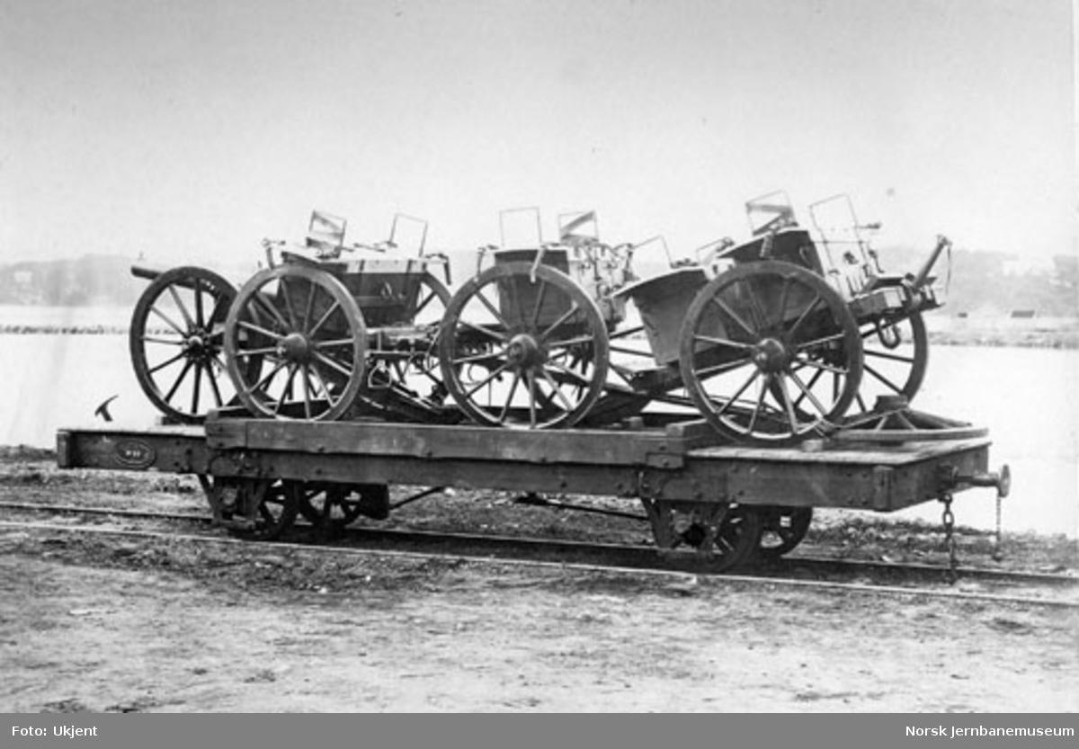 Militært materiell lastet på Randsfjordbanens godsvogn litra N nr. 50