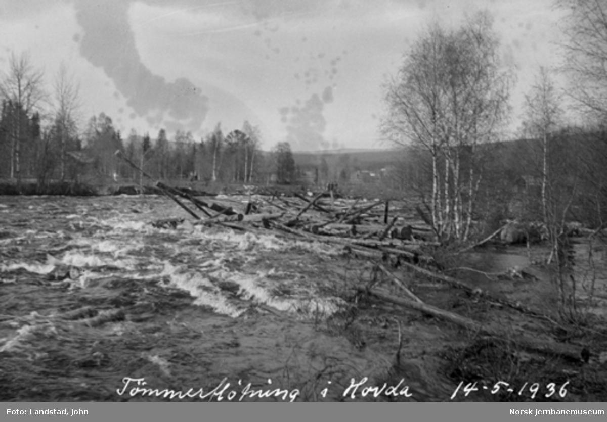 Tømmerfløting i Hovda elv med oppdemmet tømmer ovenfor Sagholmen