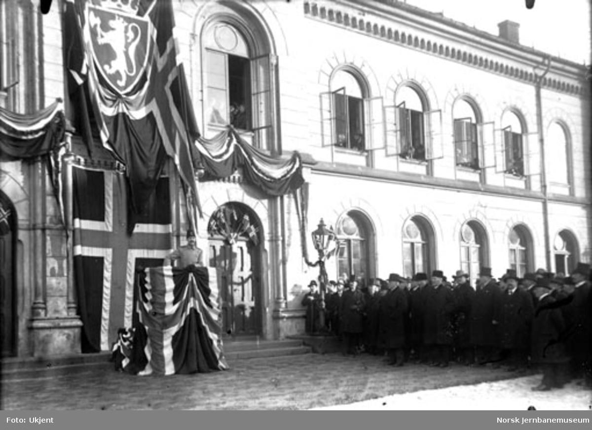 Kong Haakon åpner den bredsporede Drammenbanen; på vei til åpningen av strekningen Kongsberg-Hjuksebø