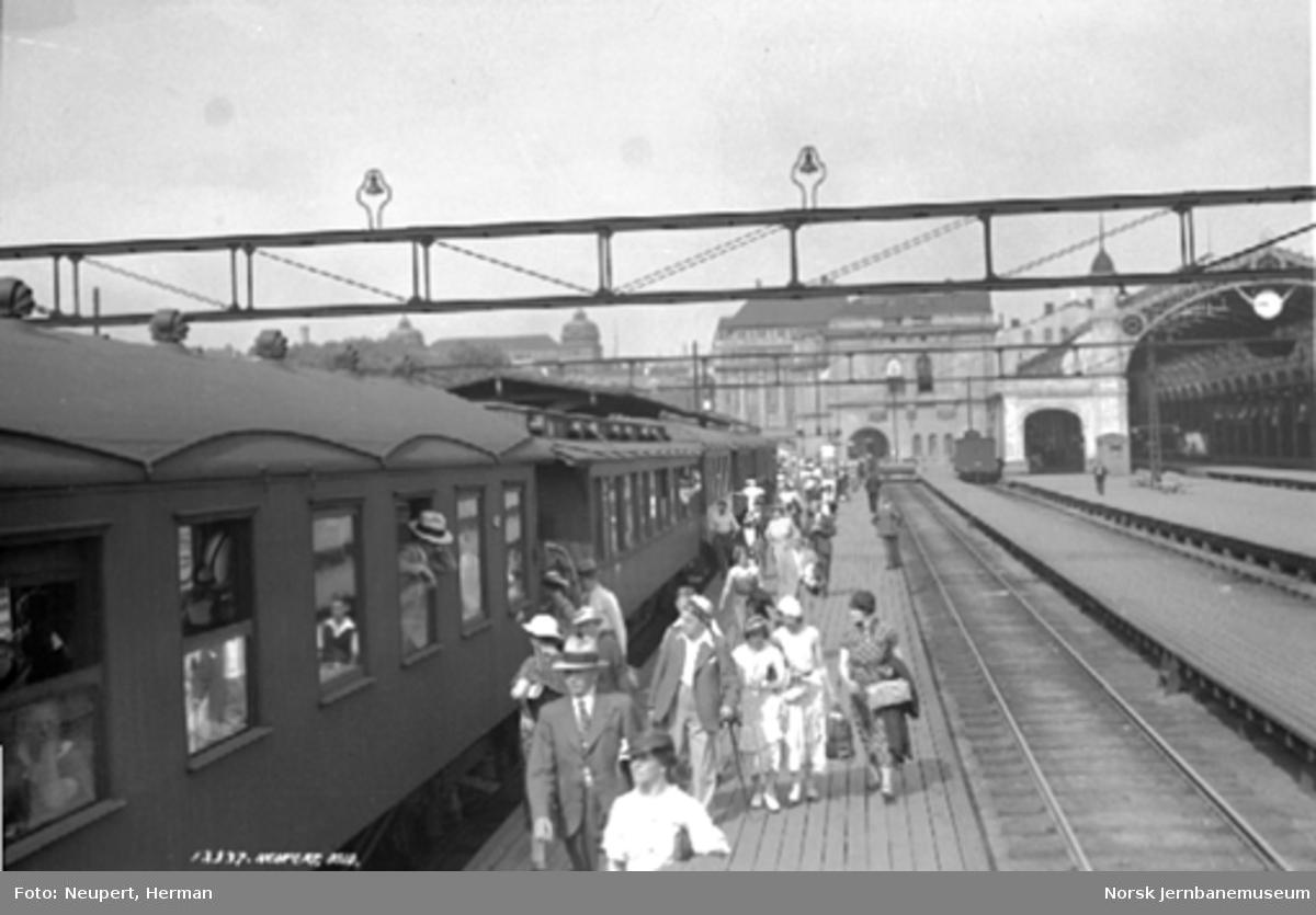 Reisende utenfor et persontog på Oslo Østbanestasjon