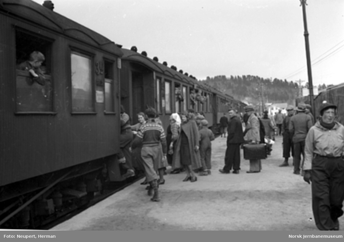 Bergenstoget gjør opphold på Hønefoss stasjon
