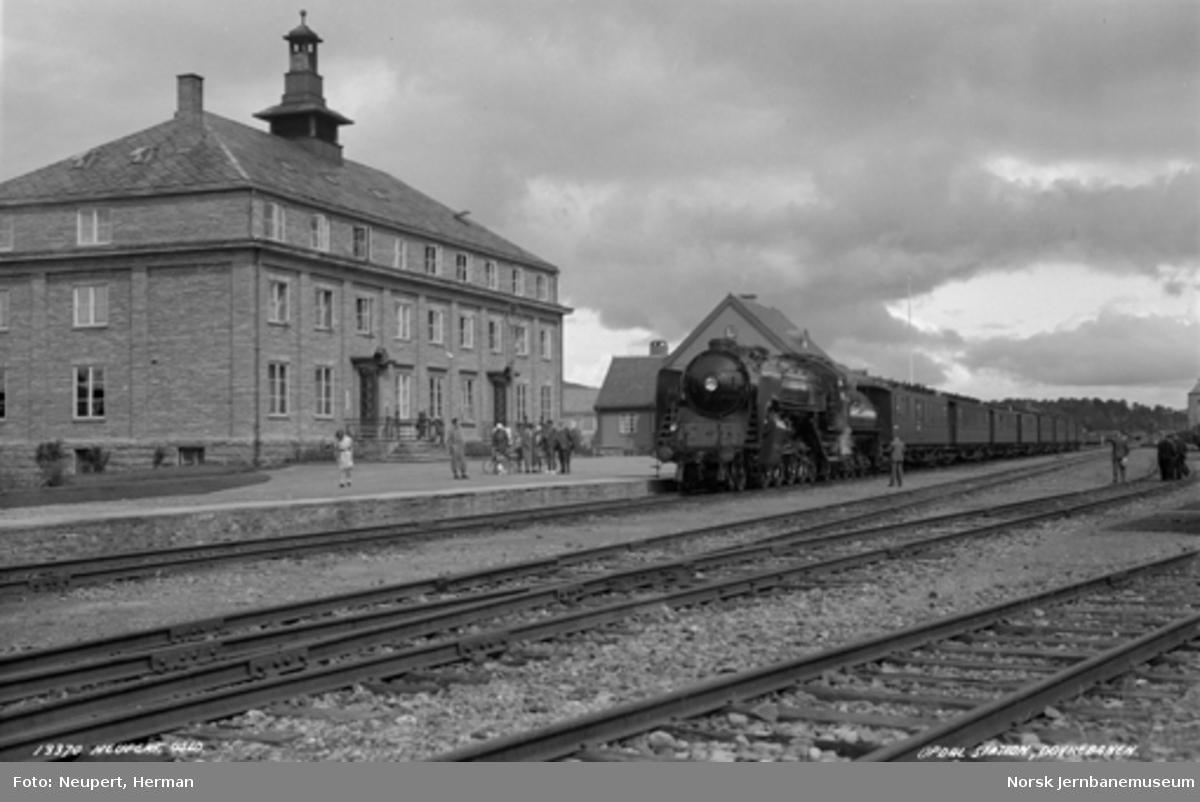 """Damplokomotiv type 49a """"Dovregubben"""" med persontog på Oppdal stasjon"""