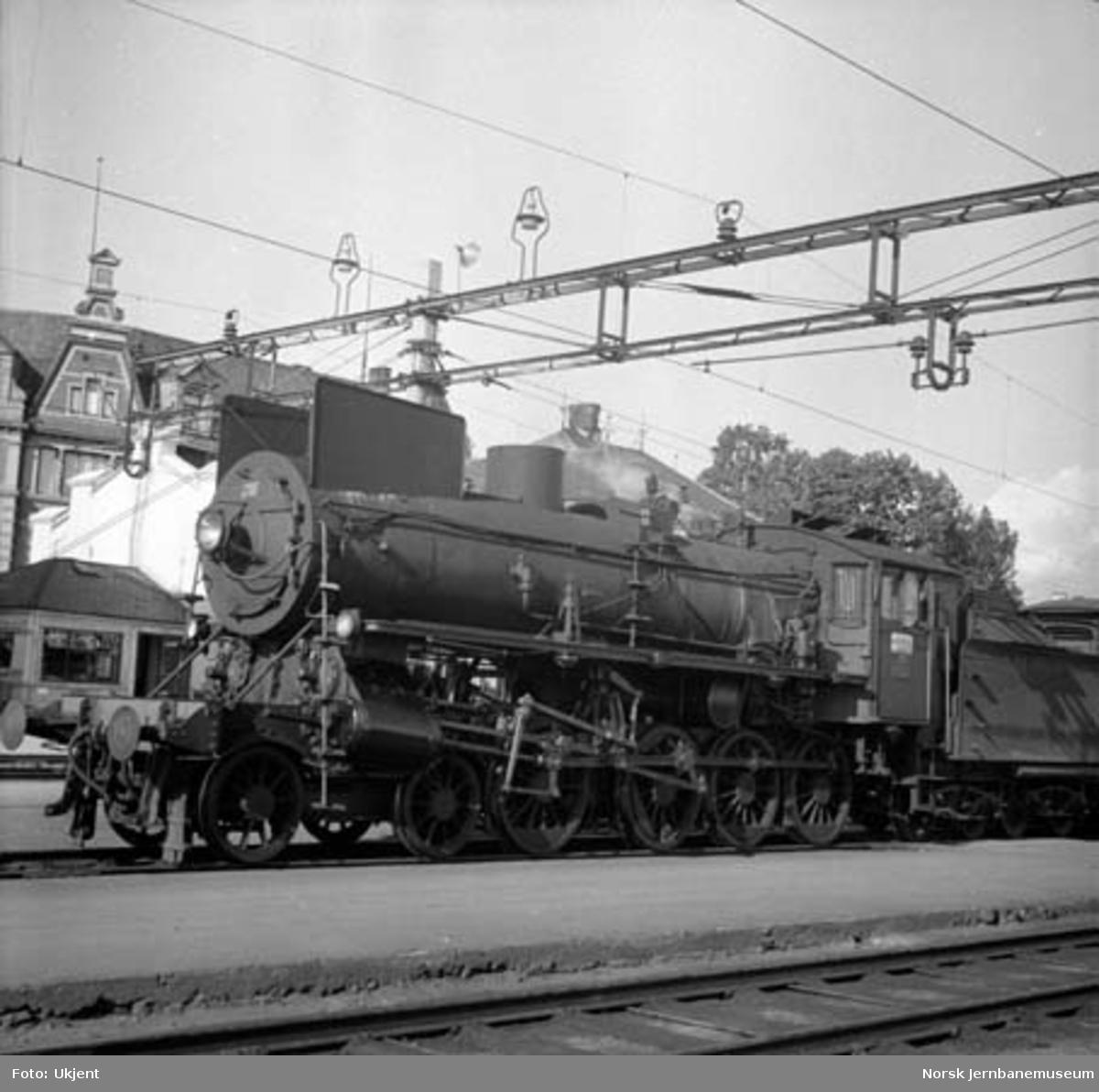 Damplokomotiv type 26a nr. 216 på Hamar stasjon